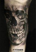 男性大臂欧美黑灰写实骷髅纹身