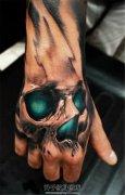 男性手背欧美风格绿色眼睛的骷髅纹身
