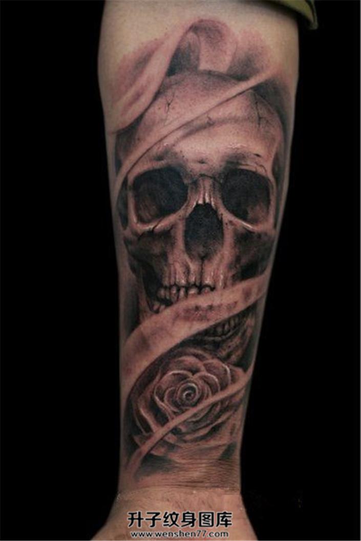 男性欧美写实风格骷髅玫瑰纹身