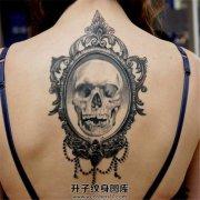 女性背部镜子骷髅纹身图案