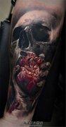 男性小臂骷髅手握心脏的血腥纹身