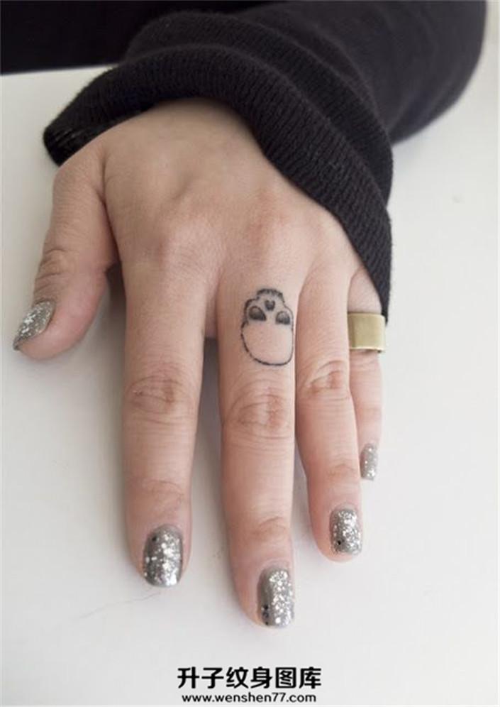 女性手指简单骷髅纹身图案