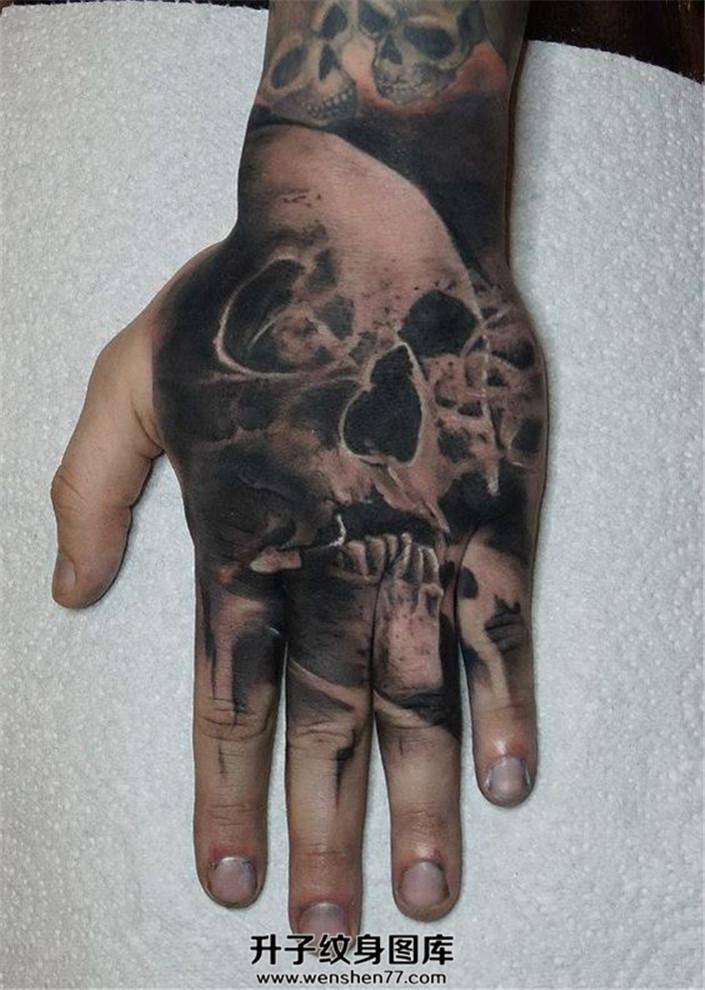 男性手背黑灰欧美骷髅纹身