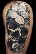 男性大臂欧美彩灰色骷髅花朵纹身