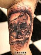 男性大臂内侧骷髅钟表英文纹身
