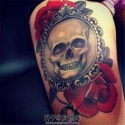 女性大腿镜子里的骷髅纹身