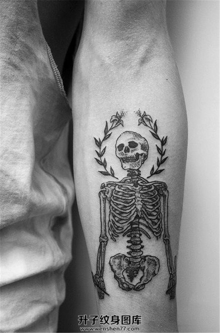 男性小臂内侧清新骷髅纹身