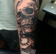 男性小臂黑灰骷髅与骷髅项链纹身
