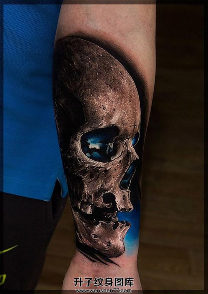 男性小臂骷髅纹身深邃的眼窝