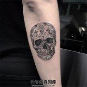 女性小臂花骷髅纹身