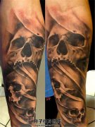 男性小臂黑灰欧美三颗骷髅头纹身