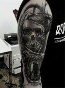 男性大臂骷髅与身影纹身