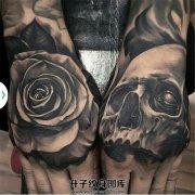 男性手背欧美黑灰写实骷髅玫瑰纹身
