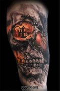 男性大臂彩色骷髅纹身图案