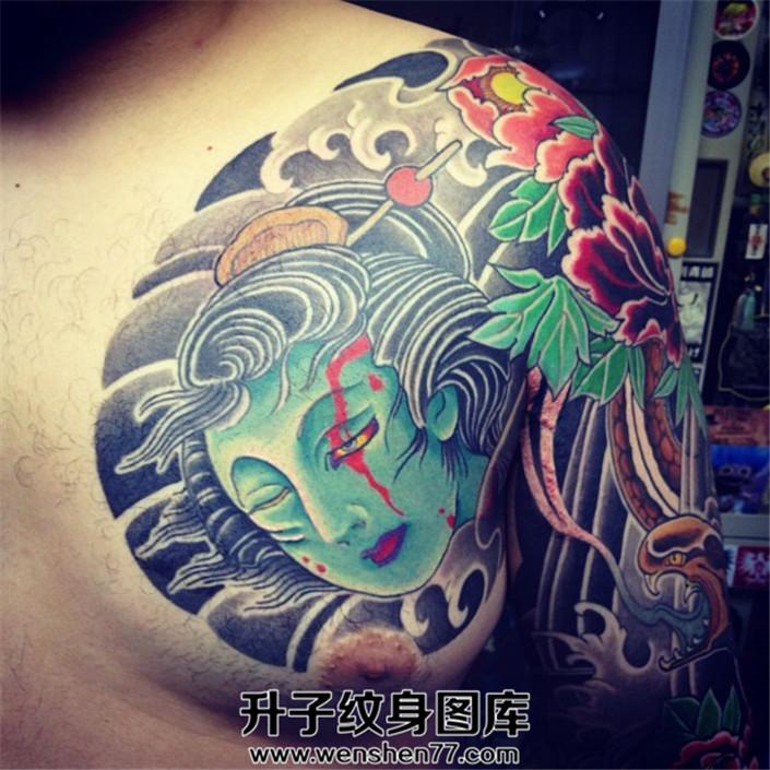男性日式老传统生首蛇半甲纹身