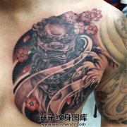 男性传统半甲胸口唐狮子纹身