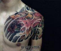 男性传统鲤鱼半甲纹身遮盖旧纹身