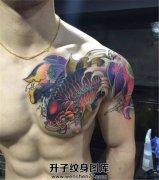 男性传统彩色鲤鱼莲花半甲纹身
