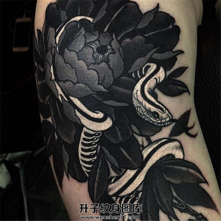 男性大臂黑色蛇与牡丹纹身