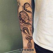 男性小臂黑色蛇与牡丹纹身图案