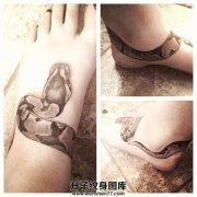 女性脚踝脚背缠绕蛇纹身