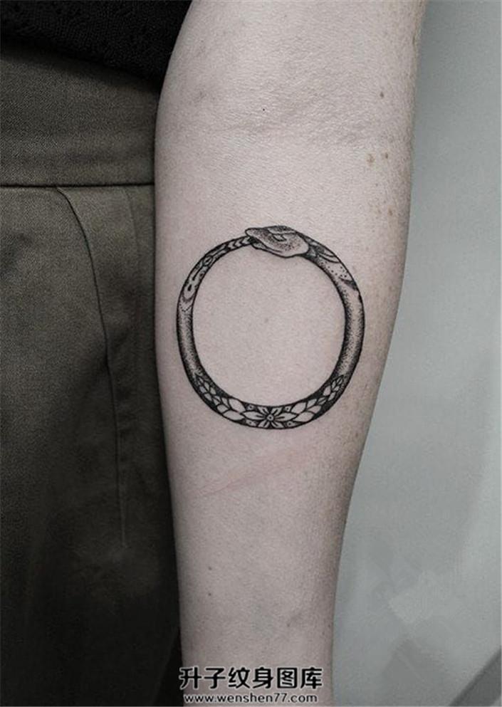 女性小臂内侧环形的贪吃蛇
