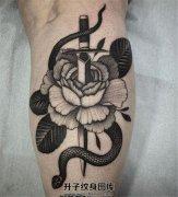 男性小腿蛇花匕首纹身