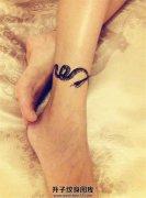 女性脚踝的一条小蛇