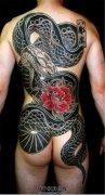 男性满背传统蛇纹身