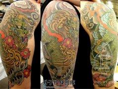 男性传统风格大臂彩色麒麟纹身