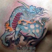 男性胸口形神兼备的传统麒麟纹身