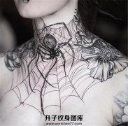 女性颈部蛛网蜘蛛纹身