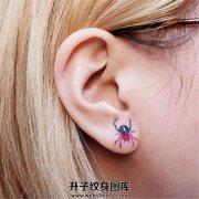 女性耳垂蜘蛛纹身