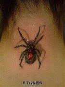 女性颈后逼真的蜘蛛纹身