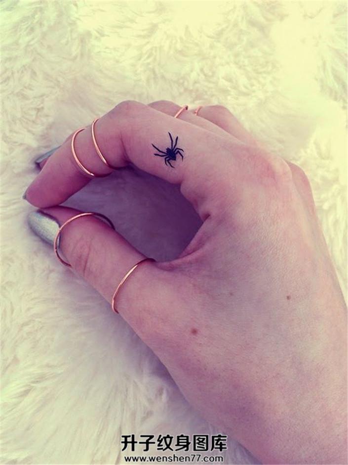 女性手指蜘蛛纹身