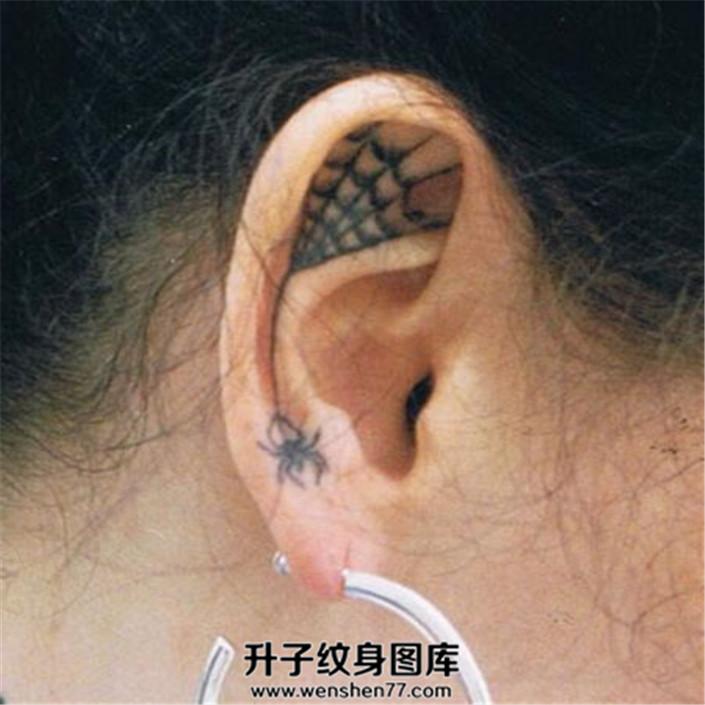 女性耳朵蜘蛛蛛网纹身
