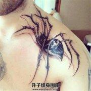 男性肩部写实骷髅花纹蜘蛛纹身