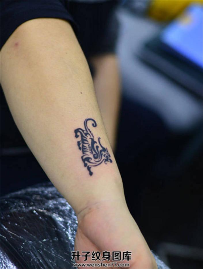男性小臂图腾貔貅纹身