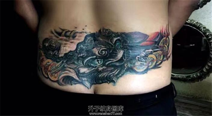 男性后腰貔貅纹身遮盖纹身