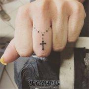 女性手指黑色十字架吊坠纹身