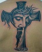 男性背部耶稣十字架纹身