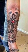 女性小臂十字架翅膀玫瑰花纹身