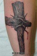 男性小臂流血十字架纹身
