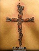 男性背部铁钉十字架纹身