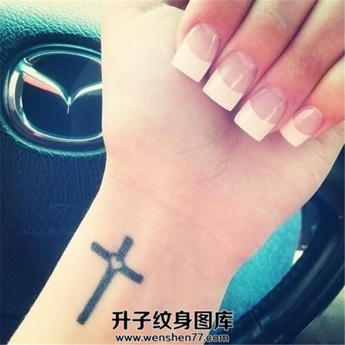 女生手腕桃心十字架纹身