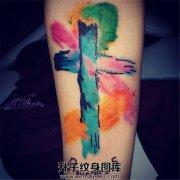女性小臂彩色十字架纹身