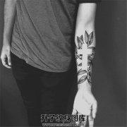 男性小臂植物十字架纹身