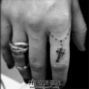 女性手指精致十字架吊坠纹身