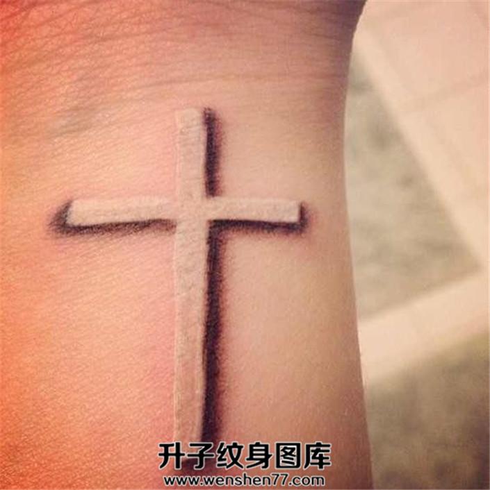 女性手腕白色十字架纹身