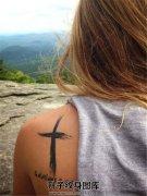 女性背部黑色十字架英文纹身